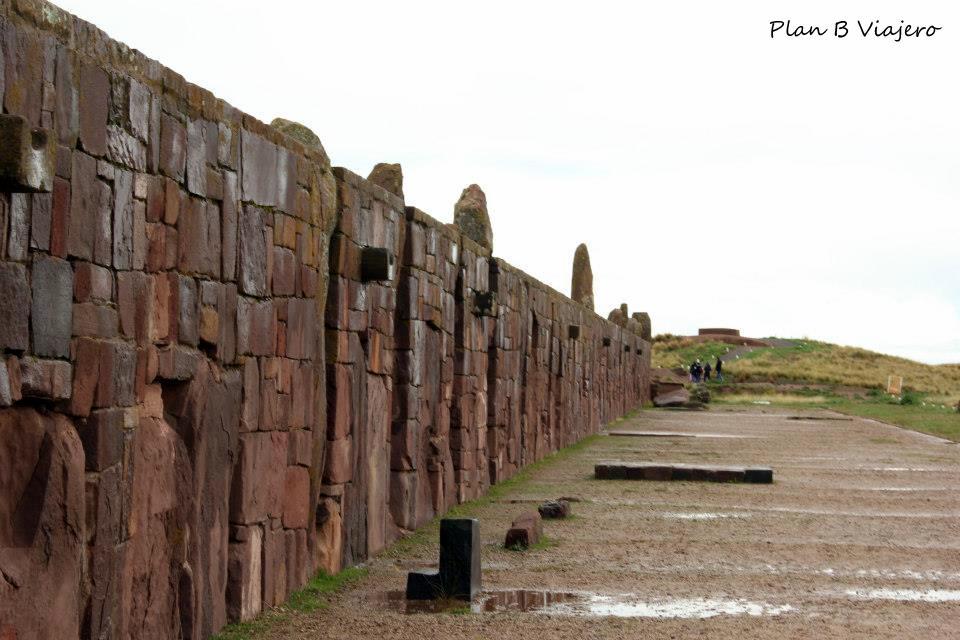 """Templo de Kalasasaya: Dentro del mismo existen tres importantes esculturas: la Estela Ocho (Ponce), el monolito """"El Fraile"""" y la Puerta del Sol."""