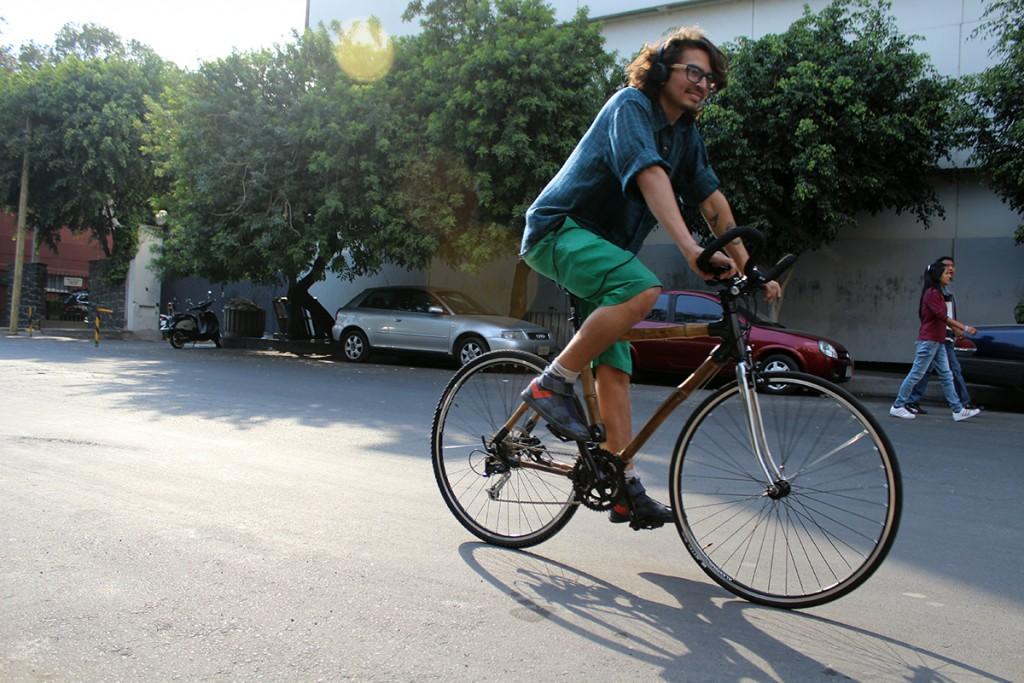 Camilo y su primera rodada en su bici de bambú